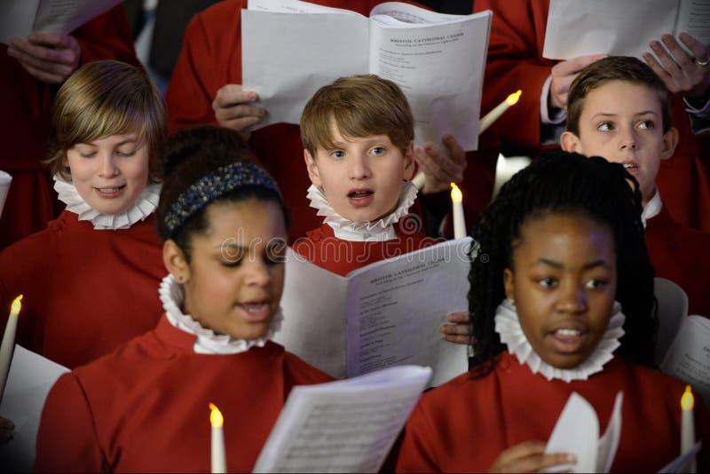Le choeur exécutent des chants de Noël photographie stock libre de droits