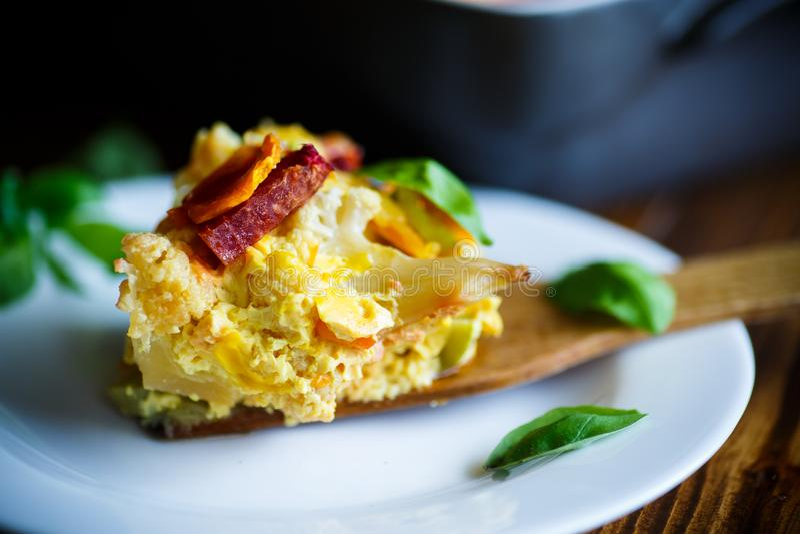 Le chou-fleur a fait cuire au four avec des betteraves, les carottes, courgette en oeuf photographie stock libre de droits