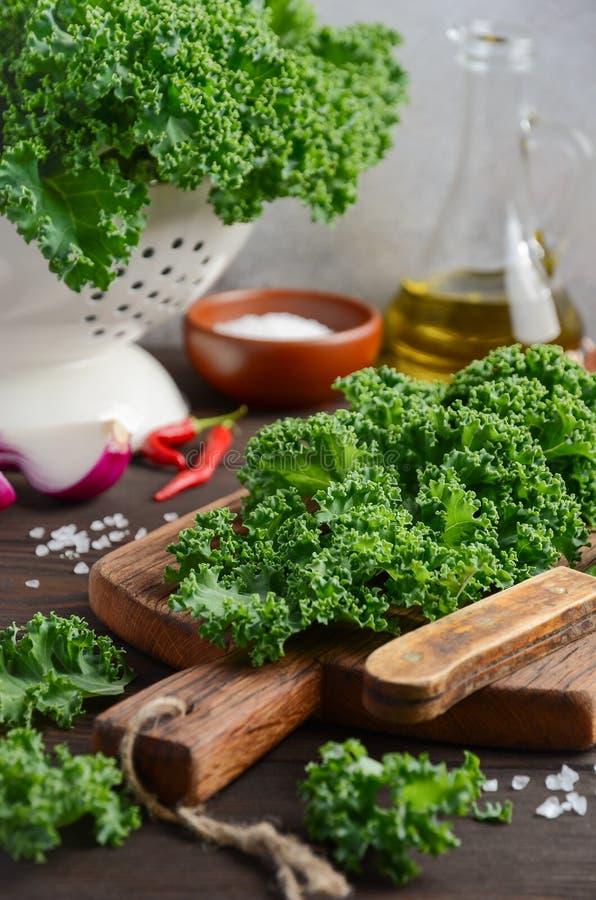 Le chou frisé vert frais avec l'huile et les épices d'olive, préparent pour la cuisson images stock