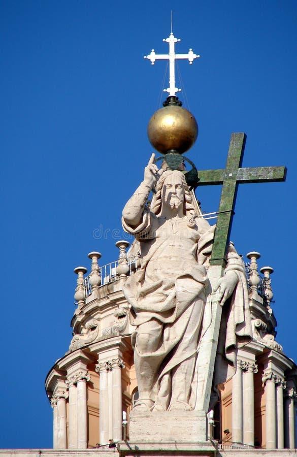 Le Christ le rédempteur sur la balustrade de St Peters Basilica photos stock