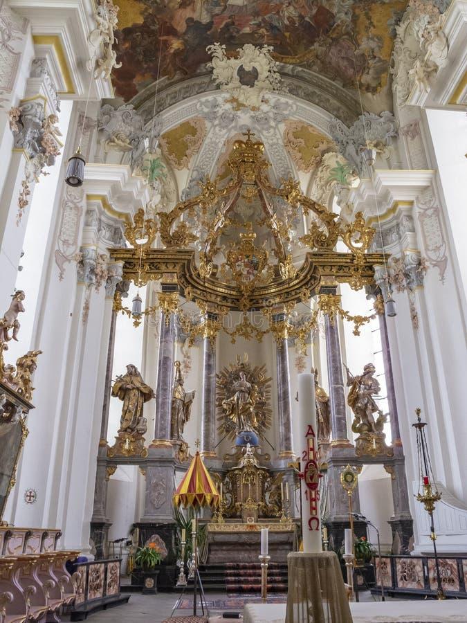 Le ciboire et l'autel de l'intérieur particulièrement bel de l'église baroque de St Paulinus dans le Trier - images stock