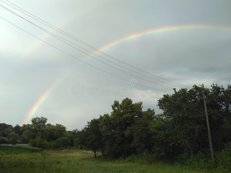 Le ciel avec deux arcs-en-ciel photo libre de droits