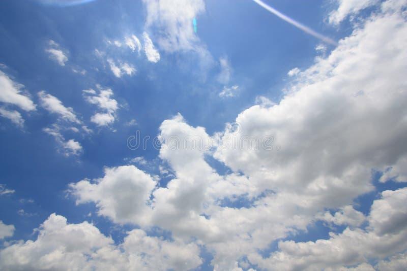 Le ciel bleu avec le blanc opacifie des milieux photographie stock libre de droits