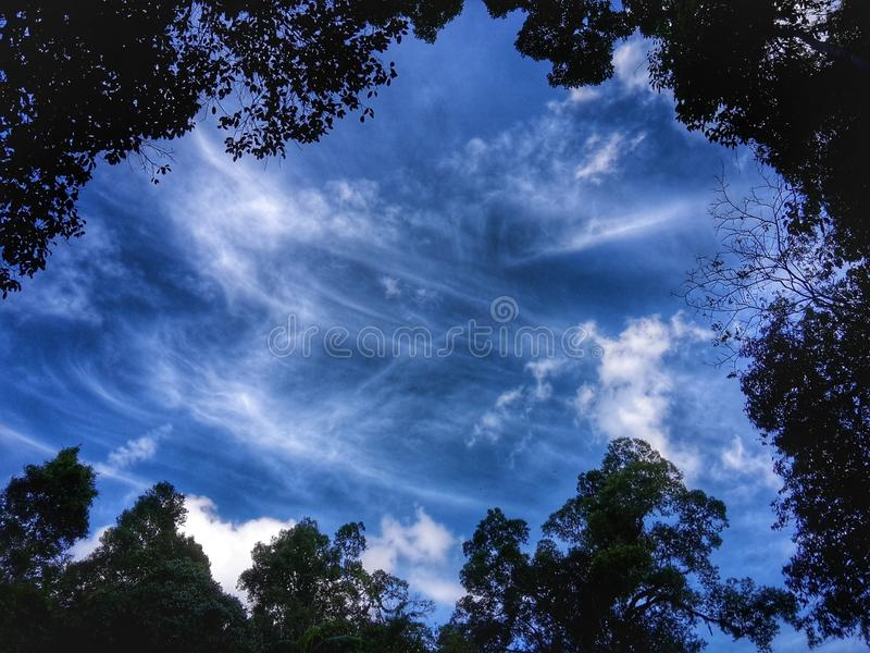 Le ciel bleu dans le hdr photo stock
