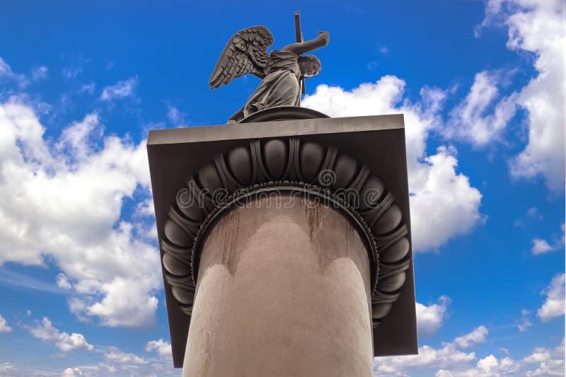 Le ciel bleu de fond de colonne d'Angel Alexander dans le blanc opacifie des clo image stock
