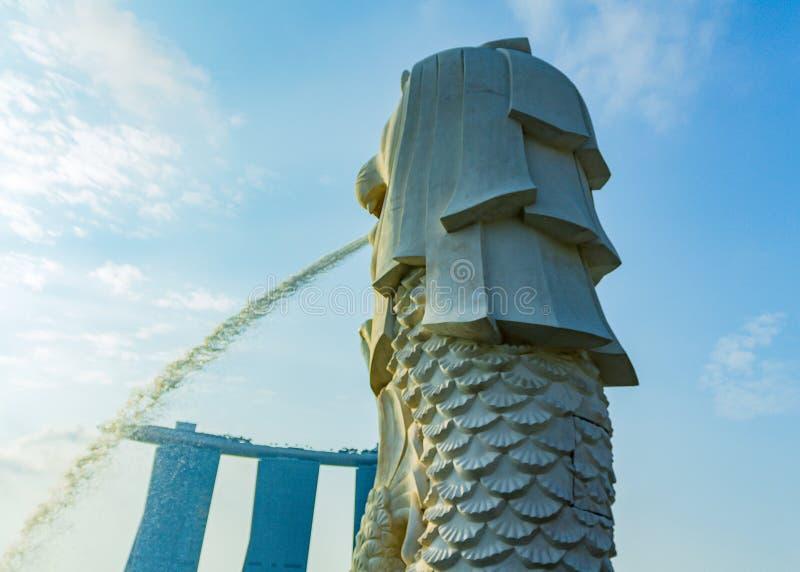 le ciel bleu et la statue de Merlion chez Merlion se garent à Singapour images libres de droits