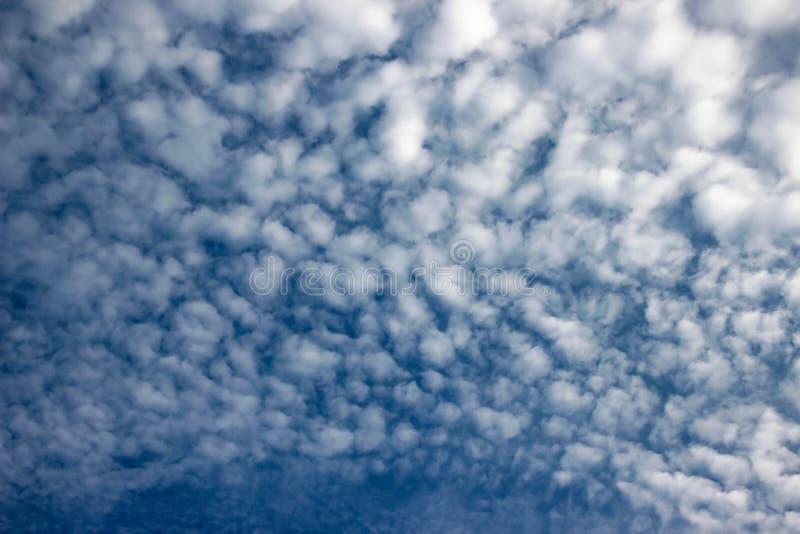 Le ciel bleu et les nuages blancs, idée est d'amplifier l'esprit d'affaires photos libres de droits