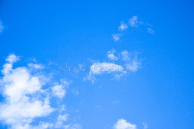 Le ciel bleu et les nuages blancs, idée est d'amplifier l'esprit d'affaires images libres de droits