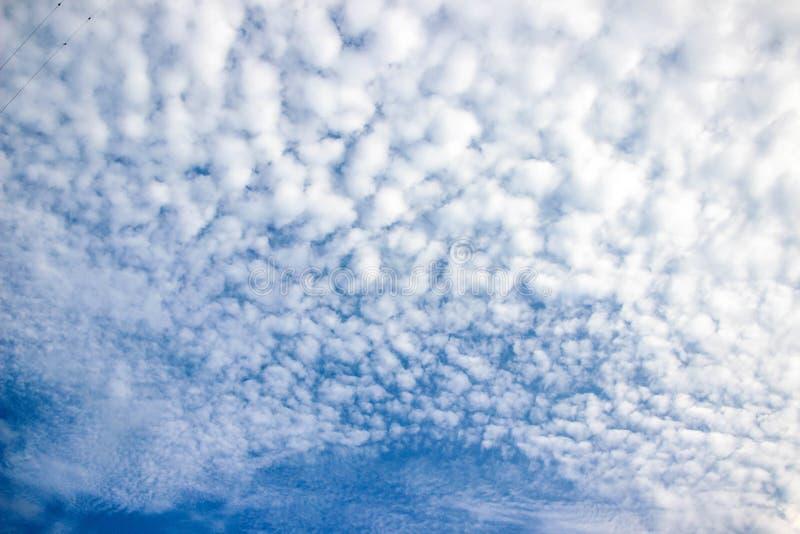 Le ciel bleu et les nuages blancs, idée est d'amplifier l'esprit d'affaires photo stock