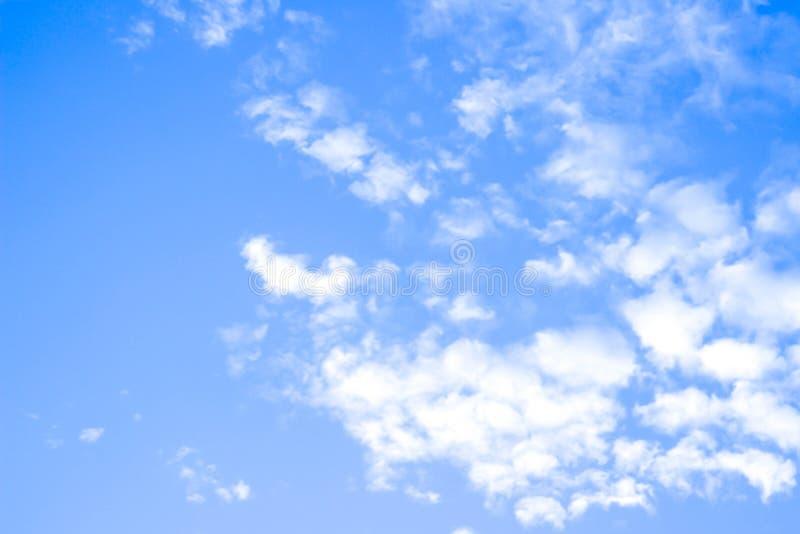 Le ciel bleu et les nuages blancs, idée est d'amplifier l'esprit d'affaires photos stock