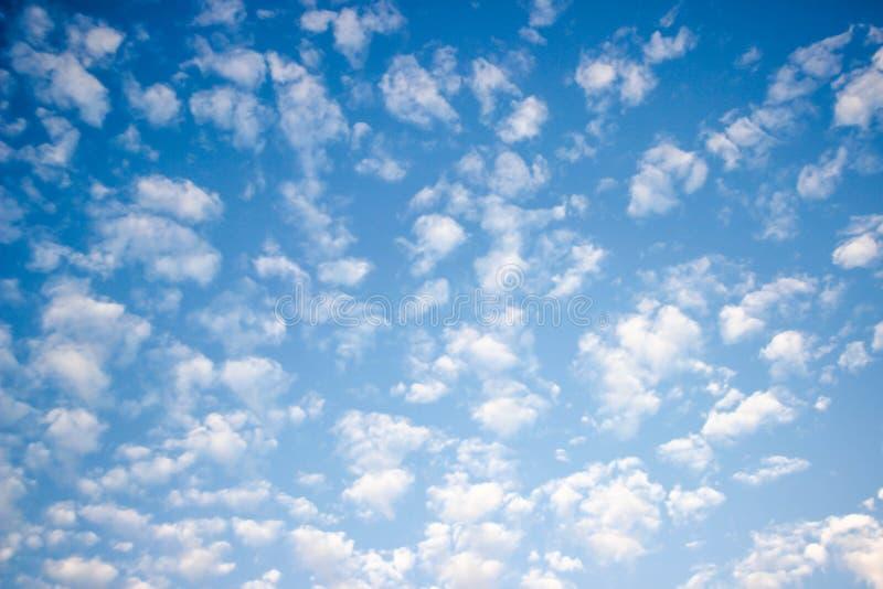Le ciel bleu et les nuages blancs, idée est d'amplifier l'esprit d'affaires images stock