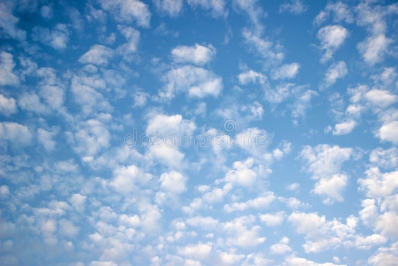 Le ciel bleu et les nuages blancs, idée est d'amplifier l'esprit d'affaires photographie stock libre de droits