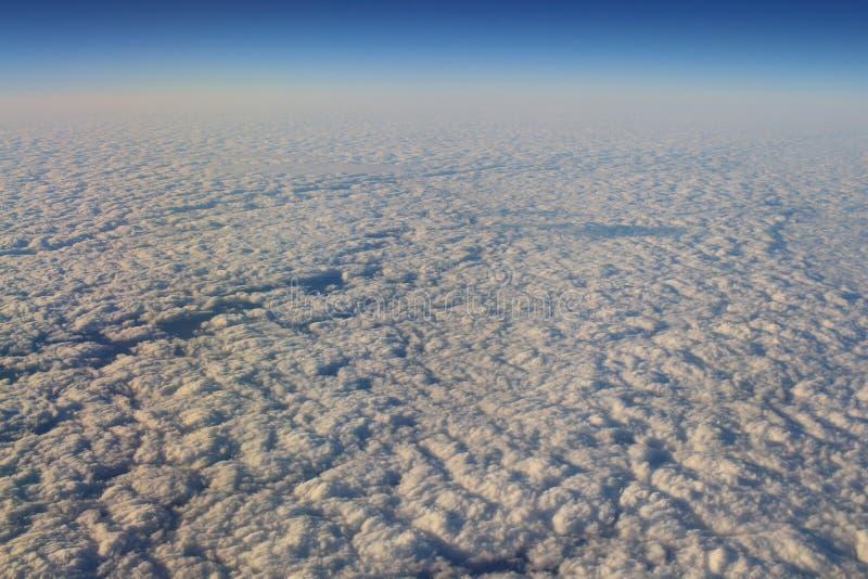 le ciel bleu et le nuage de la vue d'air photographie stock