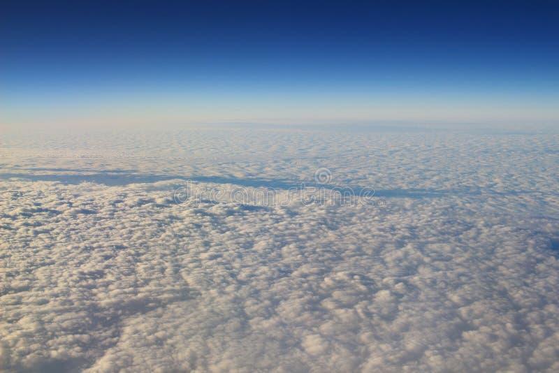 le ciel bleu et le nuage de la vue d'air images stock