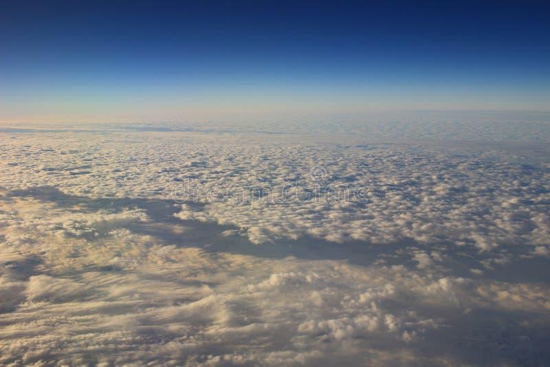 le ciel bleu et le nuage de la vue d'air photographie stock libre de droits