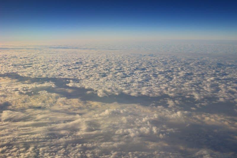 le ciel bleu et le nuage de la vue d'air image libre de droits