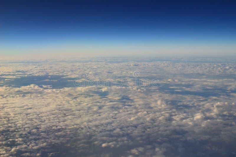 le ciel bleu et le nuage de la vue d'air photo stock