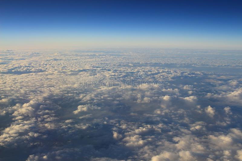 le ciel bleu et le nuage de la vue d'air photos stock