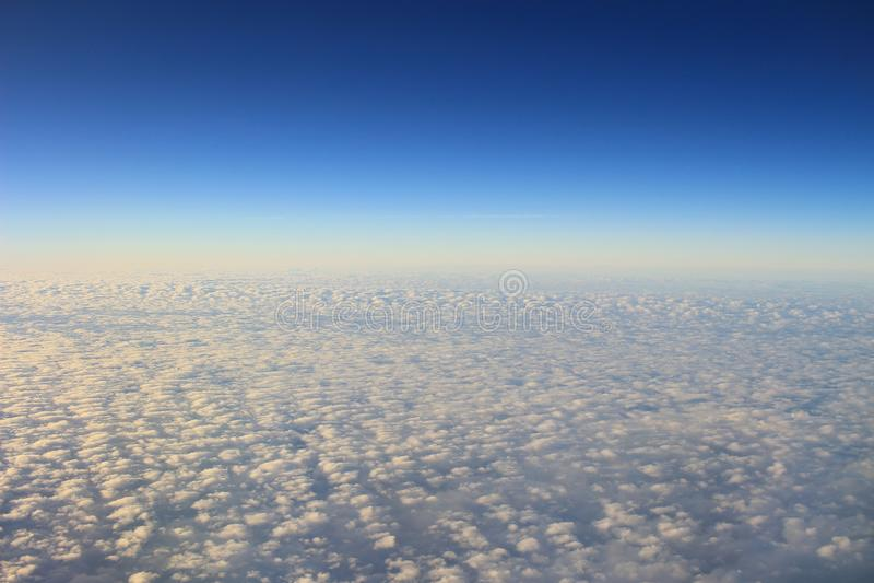 le ciel bleu et le nuage de la vue d'air photos libres de droits