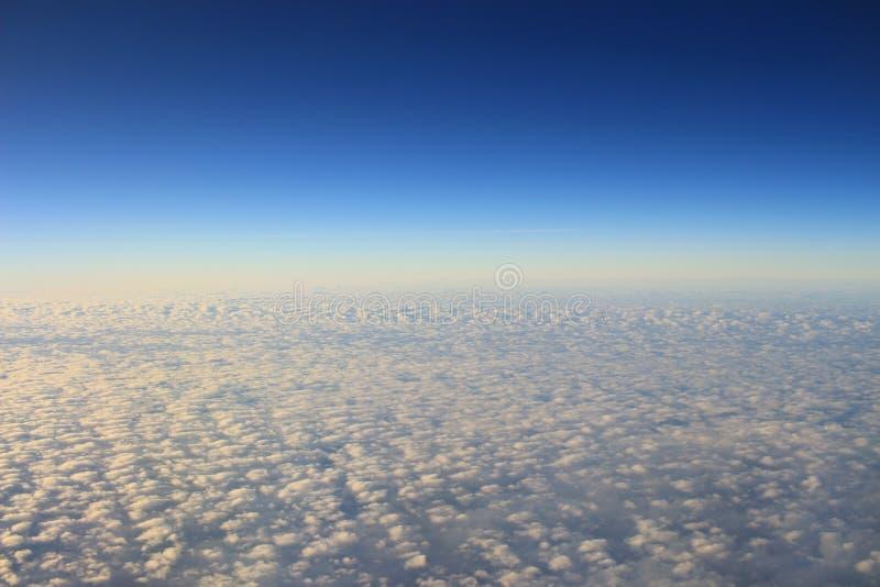 le ciel bleu et le nuage de la vue d'air images libres de droits