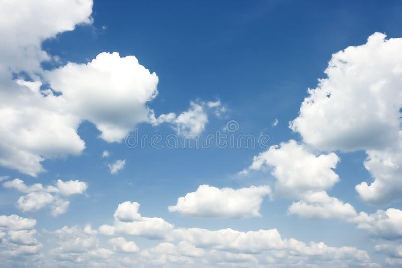 Le ciel bleu-foncé d'été avec des nuages photos libres de droits