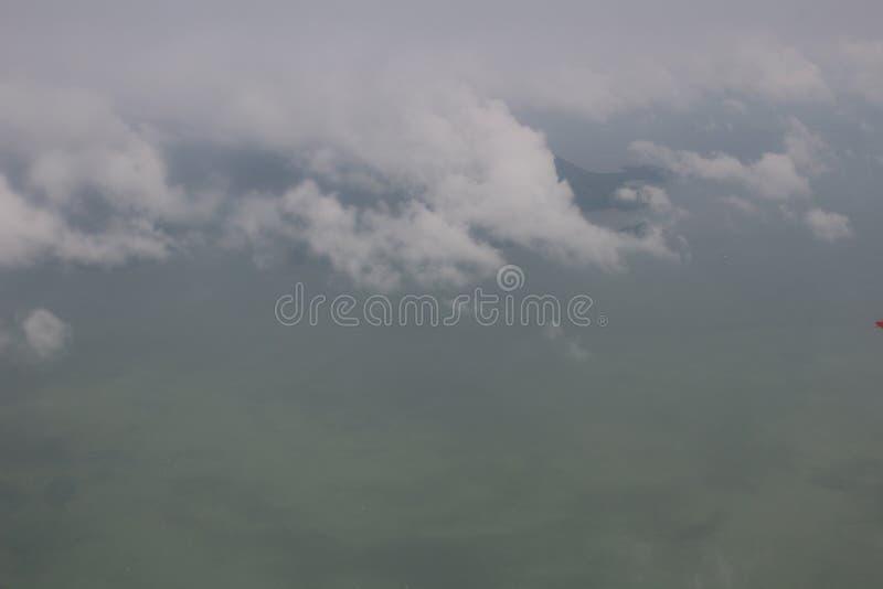 Le ciel bleu opacifie, ciel bleu avec des nuages images stock