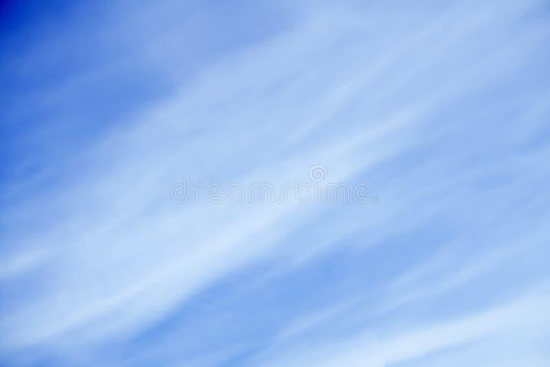 Le ciel bleu profond, noir ondulant le nuage fumeux au milieu, ressembler à l'oiseau de vol, dans la conception d'art abstrait, n photo stock