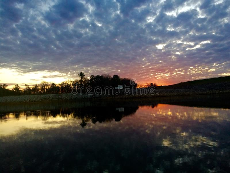 Le ciel changeant en la tombée de la nuit au-dessus de la rivière images stock
