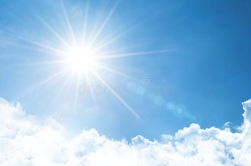 Le ciel clair avec le soleil lumineux et les rayons dans l'atmosphère, sont ci-dessous les nuages pelucheux légers images libres de droits
