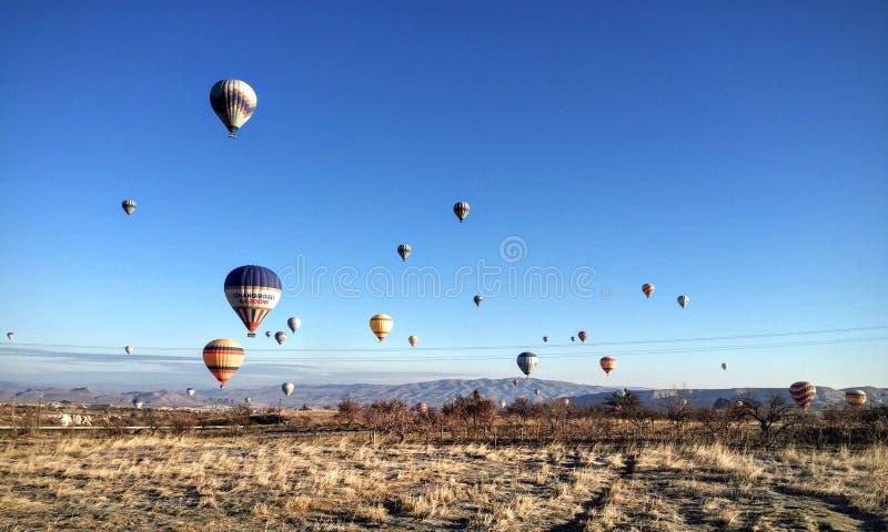 Le ciel complètement des ballons chauds colorés photographie stock