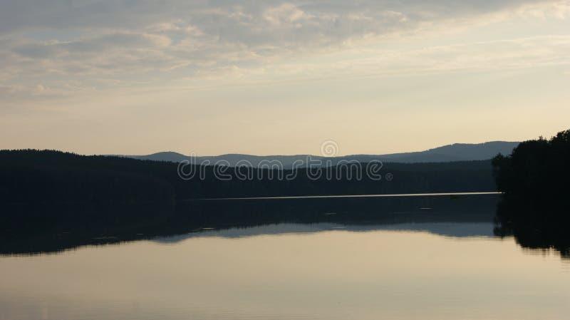 Le ciel dans la réflexion de l'eau image stock