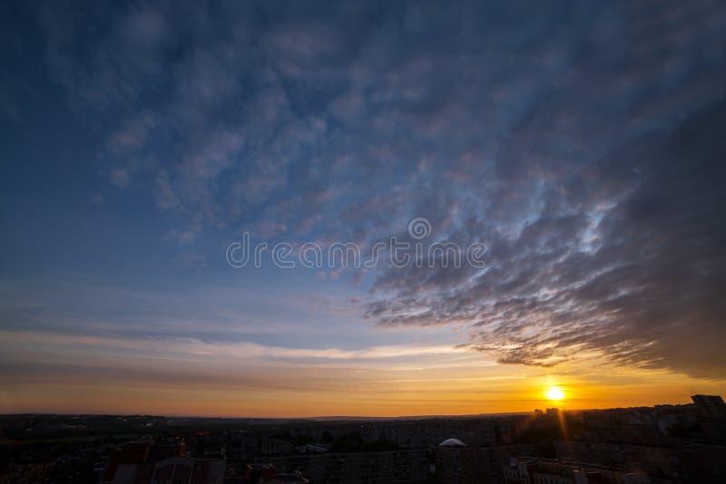 Le ciel de coucher du soleil en nuages photos libres de droits