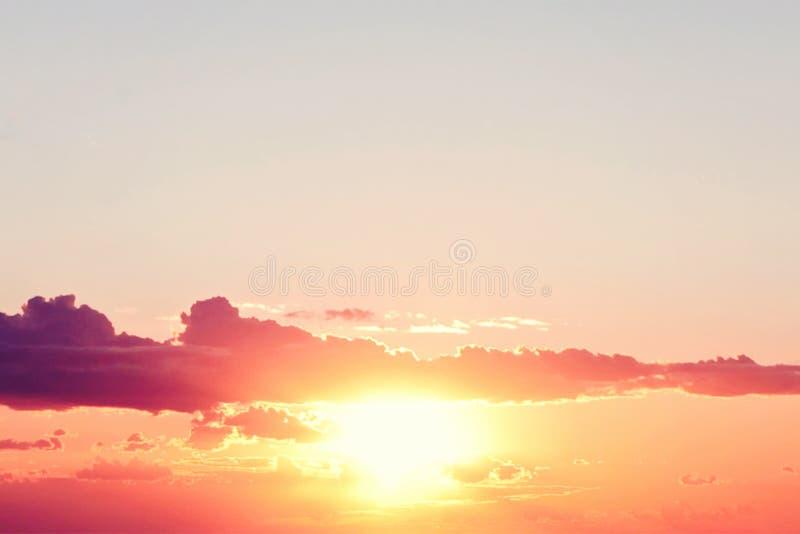 Le ciel de coucher du soleil opacifie le fond Bel horizon avec le soleil et le nuage images libres de droits