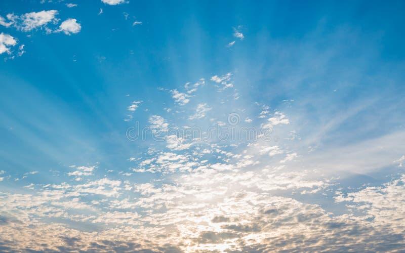 Le ciel de lever de soleil, le fond avec des nuages et le soleil rayonne L'atmosphère, Cl photos libres de droits