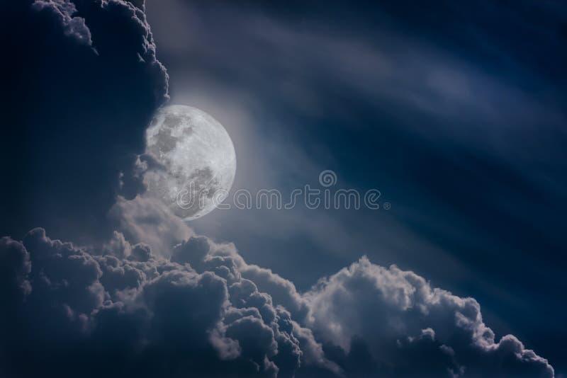 Le ciel de nuit avec des nuages, pleine lune lumineuse ferait un grand b images libres de droits