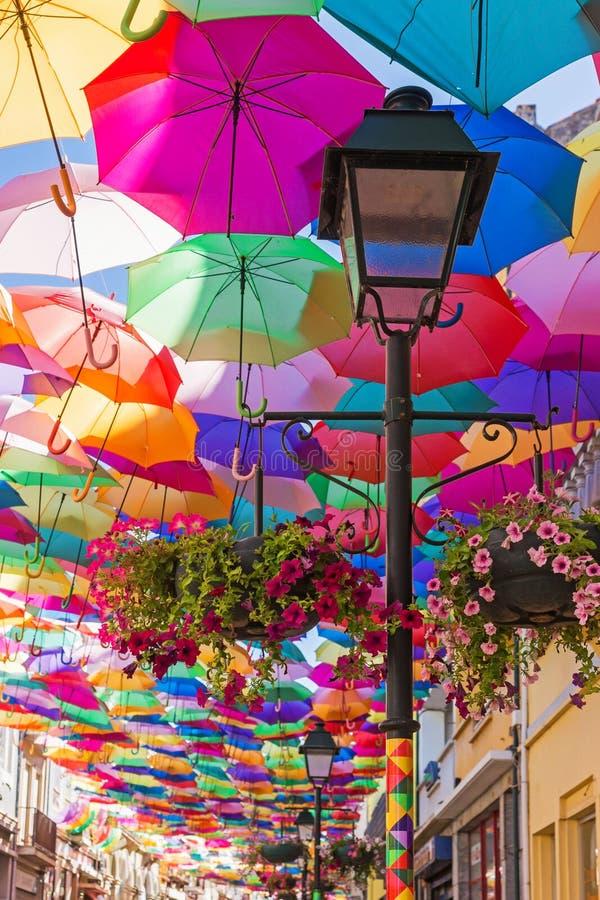 Le ciel des parapluies colorés Rue avec des parapluies, Portugal photo libre de droits