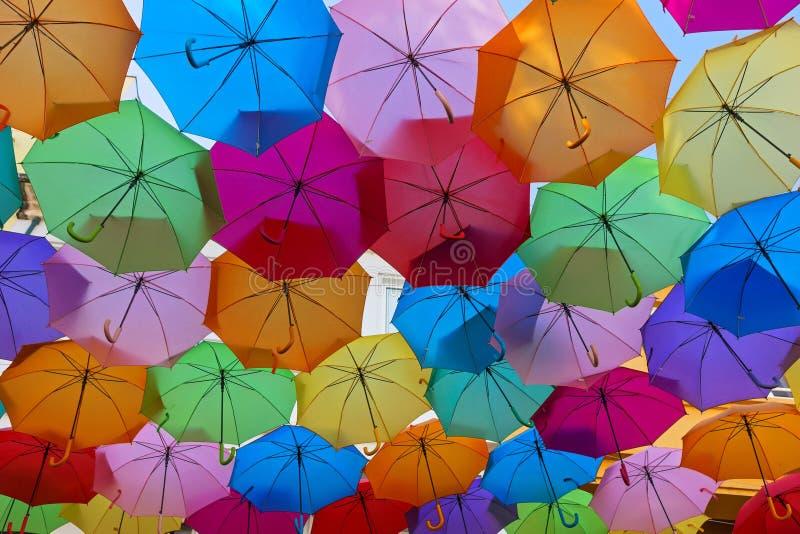 Le ciel des parapluies colorés Rue avec des parapluies, Portugal photographie stock libre de droits