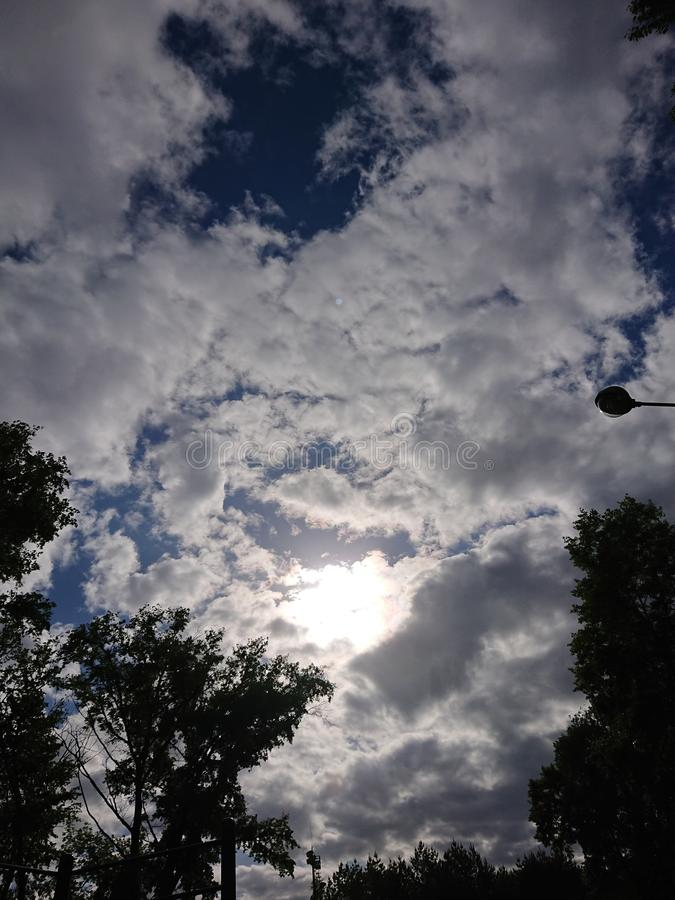 Le ciel dramatique avec des nuages essayent de trouver un UFO photo libre de droits
