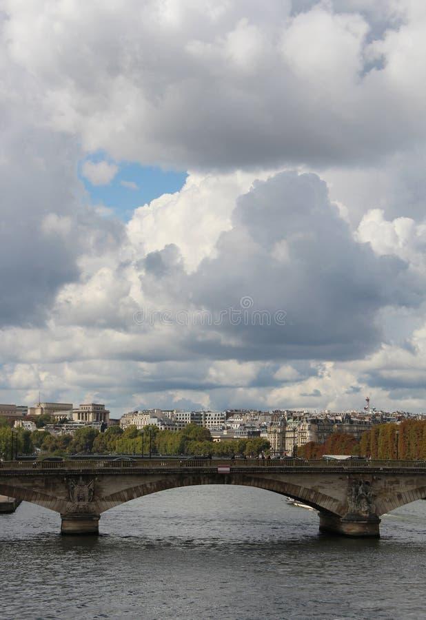 Le ciel dramatique d'automne de Paris au-dessus de la Seine, France image stock