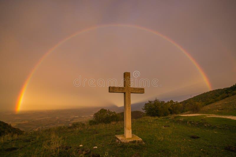 Le ciel du paradis avec un magnifique arc en ciel et une croix photo libre de droits