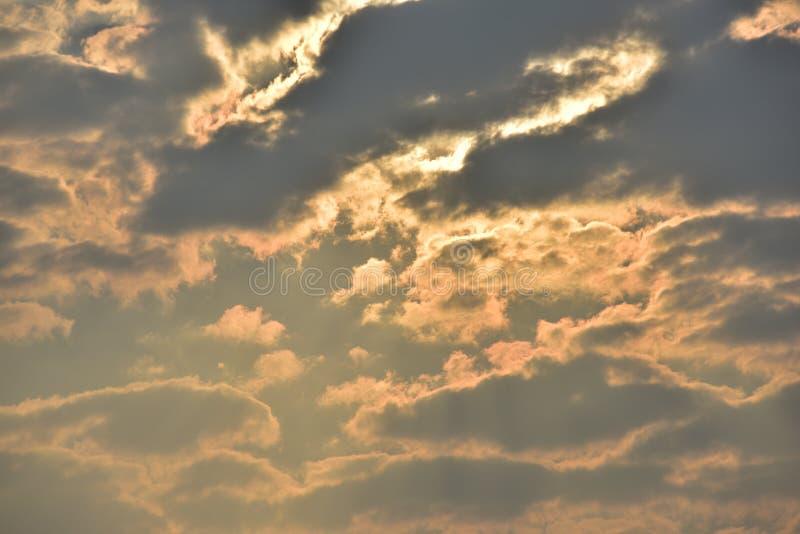 Le ciel est bleu et les nuages sont beaux image stock
