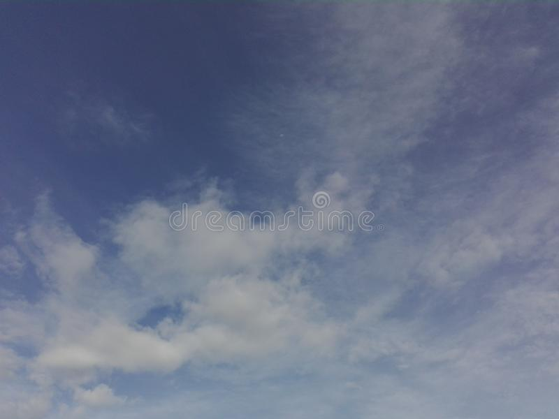 Le ciel est couvert de nuages images stock