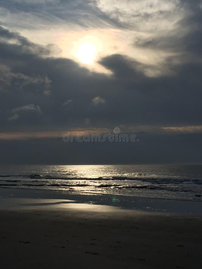 Le ciel et la plage images libres de droits