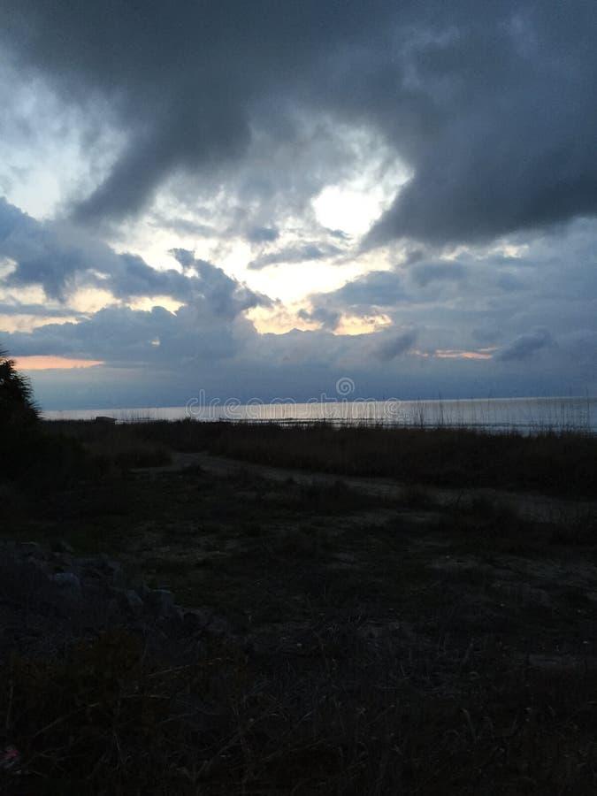 Le ciel et la plage photos libres de droits