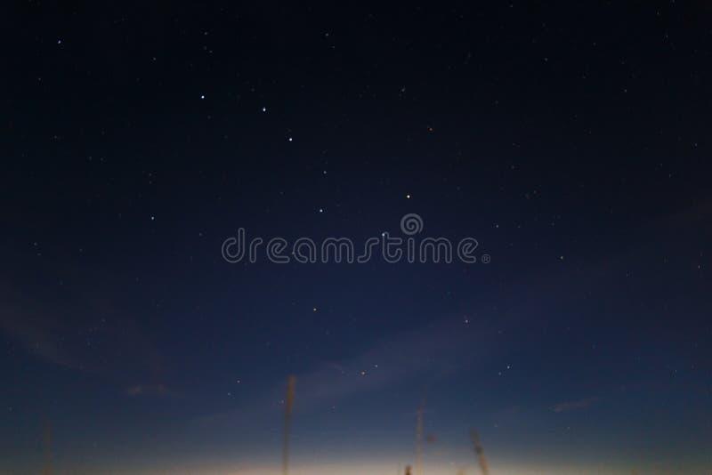 Le ciel nocturne fonc? bleu avec beaucoup se tient le premier r?le Fond de cosmos de mani?re laiteuse Les ?toiles dans le ciel no photographie stock libre de droits