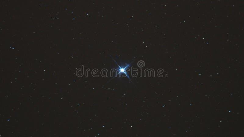 Le ciel nocturne se tient le premier rôle, étoile d'ALTAIR en constellation d'Aquila photographie stock libre de droits