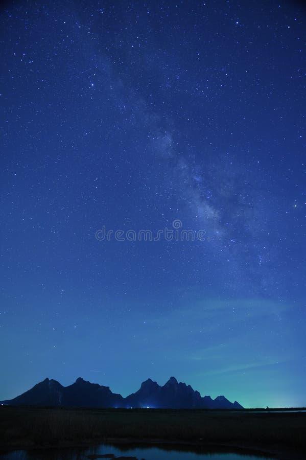Le ciel nocturne se tient le premier rôle avec la manière laiteuse sur le fond de montagne images libres de droits