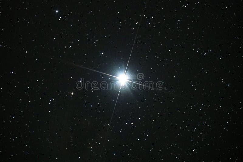 Le ciel nocturne se tient le premier rôle et observer d'étoile de Capella photographie stock libre de droits