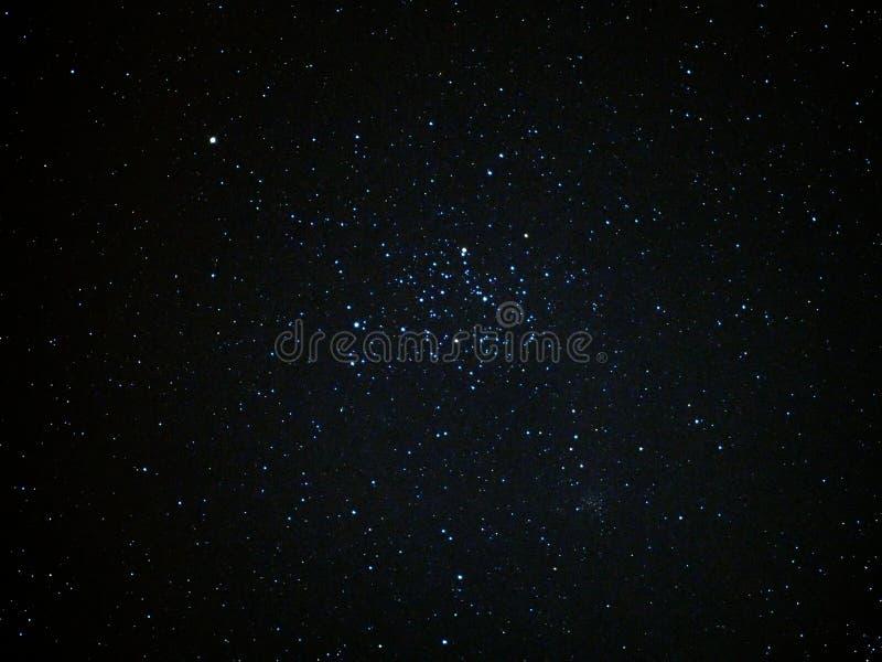 Le ciel nocturne tient le premier rôle le groupe M35 et la constellation de Gémeaux images libres de droits