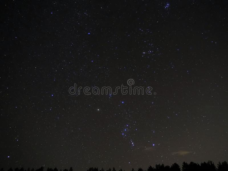 Le ciel nocturne tient le premier rôle observer de constellation d'Orion photos stock